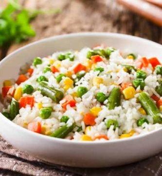 plato de ensalada de arroz